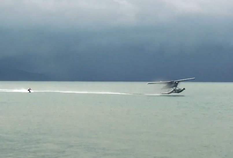 Wakeboarden achter een vliegtuig